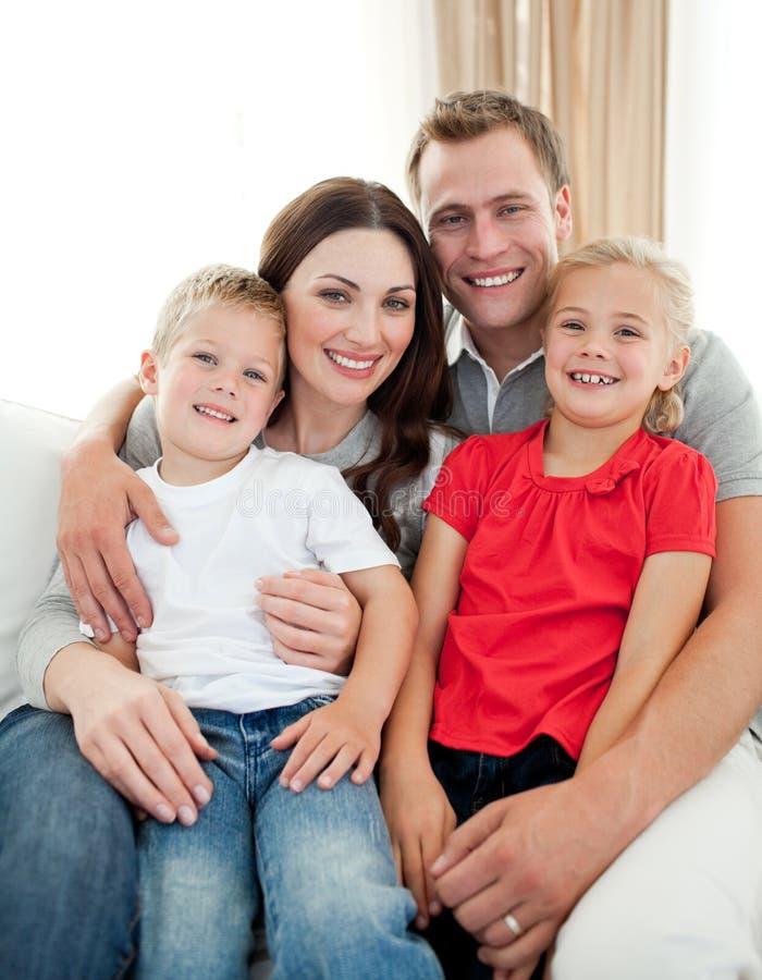 Download Close-up Da Família Adorável Que Senta-se No Sofá Imagem de Stock - Imagem de home, sofa: 12813277