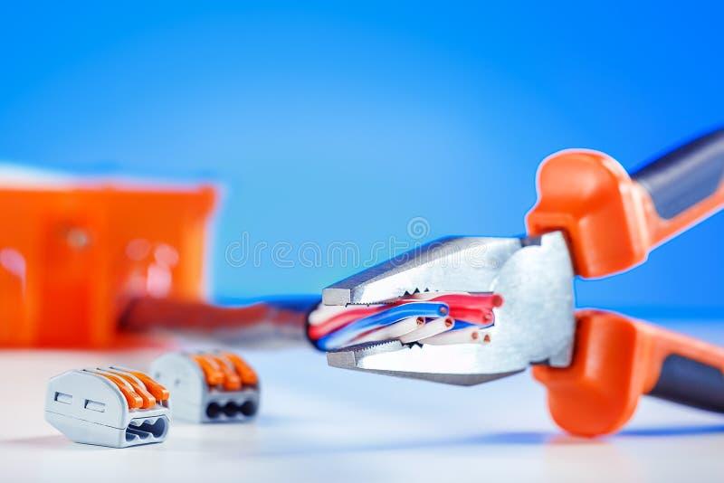 Close up da ferramenta e de dispositivos elétricos, equipamento Local de trabalho do eletricista imagens de stock
