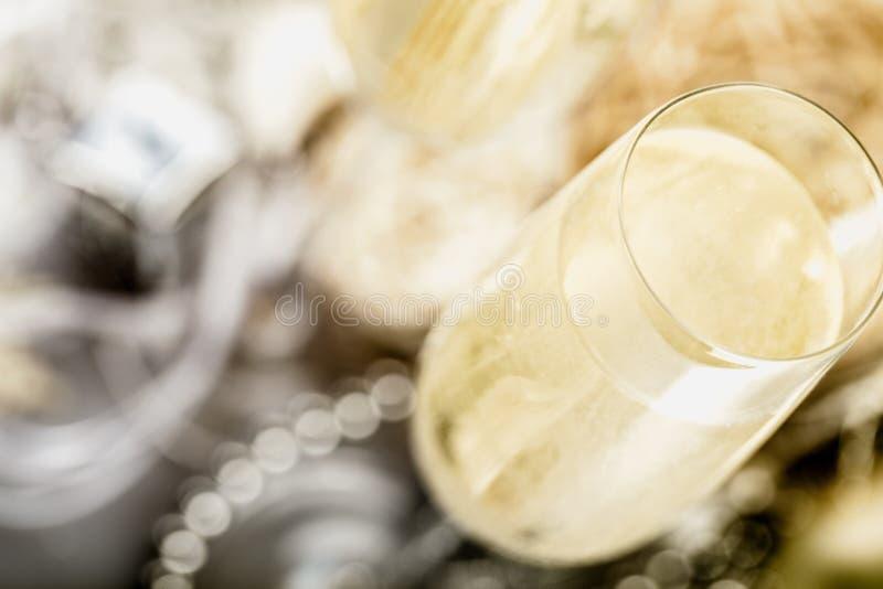Close up da flauta de champanhe à moda enchida com imagem de stock royalty free