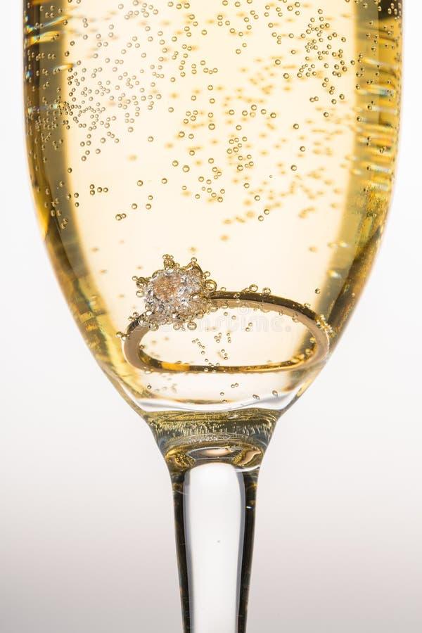 Close up da flauta de champanhe à moda enchida com fotografia de stock