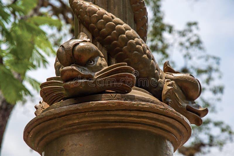 Close-up da fonte decorado com os golfinhos no quadrado em Bananal imagens de stock royalty free