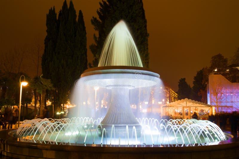 Close-up da fonte da noite Noite no quadrado da fonte Baku, Azerbaijão fotos de stock royalty free