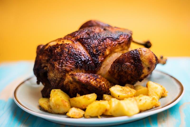 Close up da galinha francesa roasted inteira da exploração agrícola foto de stock