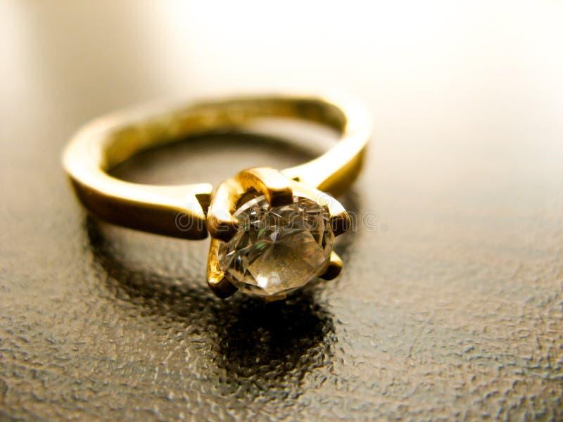 Close up da gema do diamante do anel de ouro Casamento ou anel de noivado do ouro decorado com diamante fotografia de stock royalty free