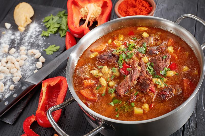Close-up da goulash quente do hungarian da carne fotografia de stock