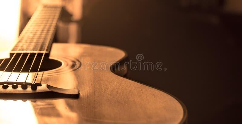 Close-up da guitarra acústica em um fundo colorido bonito fotos de stock royalty free