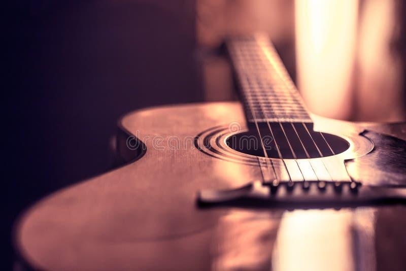 Close-up da guitarra acústica em um fundo colorido bonito fotos de stock
