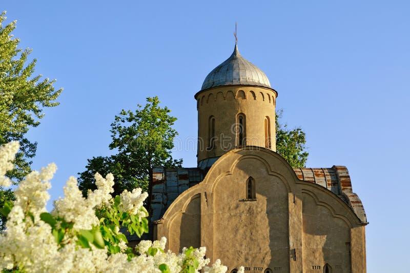 Close up da igreja de Peter e de Paul em Slavna em Veliky Novgorod, Rússia Foco seletivo na igreja foto de stock