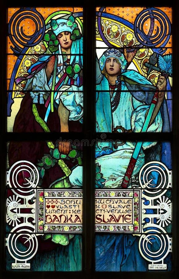 Close-up da janela de vitral de Art Nouveau por Alfons Mucha, St Vitus Cathedral, Praue foto de stock
