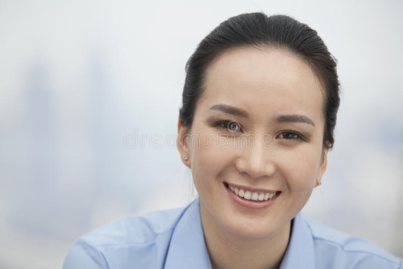 Close-up da jovem mulher de sorriso, retrato, olhando a câmera fotografia de stock royalty free