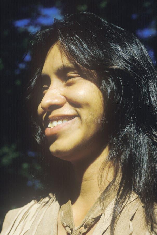 Close-up da juventude Cherokee, vila de Tsalagi, nação Cherokee, APROVAÇÃO imagens de stock
