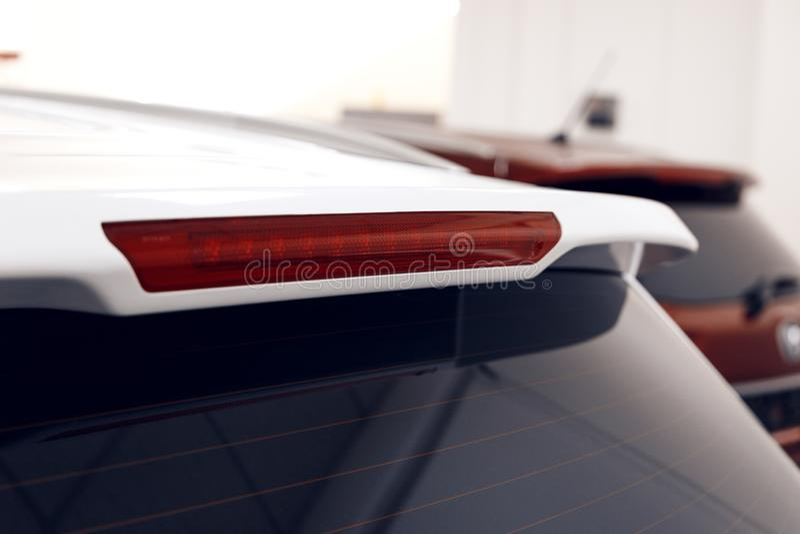 Close-up da lâmpada do freio de uma posição branca moderna do carro na sala de exposições fotos de stock