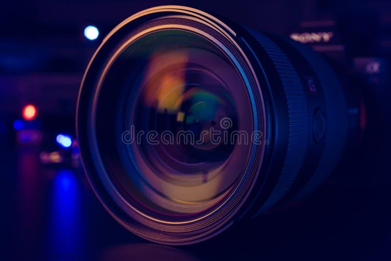 Close-up da lente da câmera ou do vídeo da foto no obj preto do fundo DSLR foto de stock royalty free