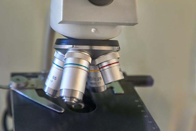 Close up da lente do microscópio foto de stock royalty free