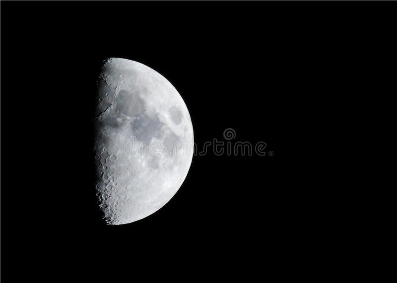 Close up da lua iluminada grande isolada no fundo preto do céu fotos de stock