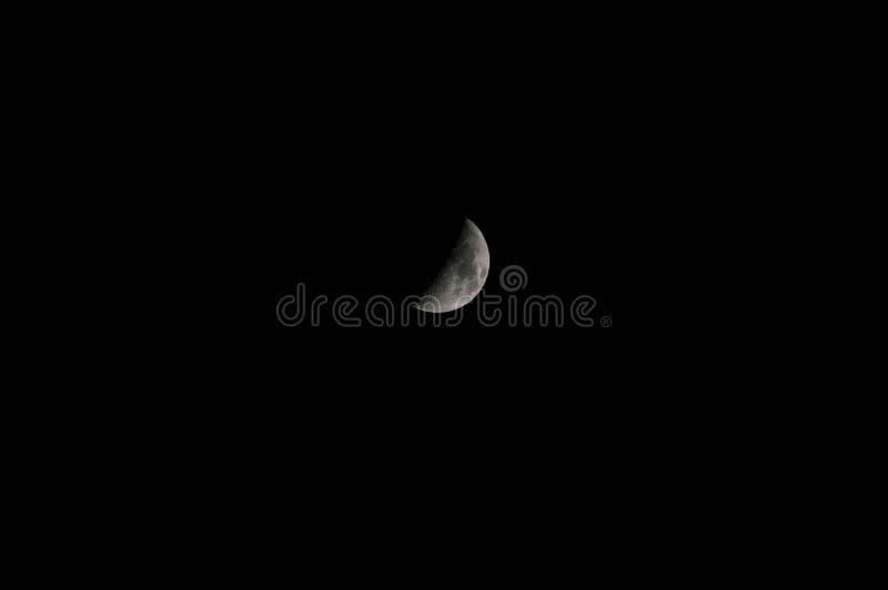 Close up da lua que mostra os detalhes de superfície lunar imagens de stock royalty free