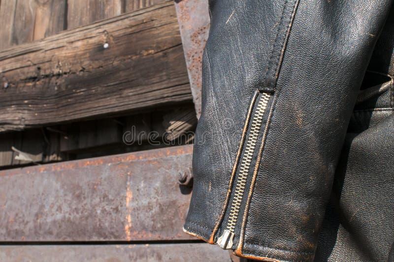Close up da luva do casaco de cabedal fotografia de stock