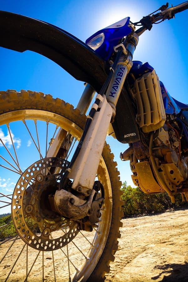 Close up da luz do sol da bicicleta da sujeira foto de stock