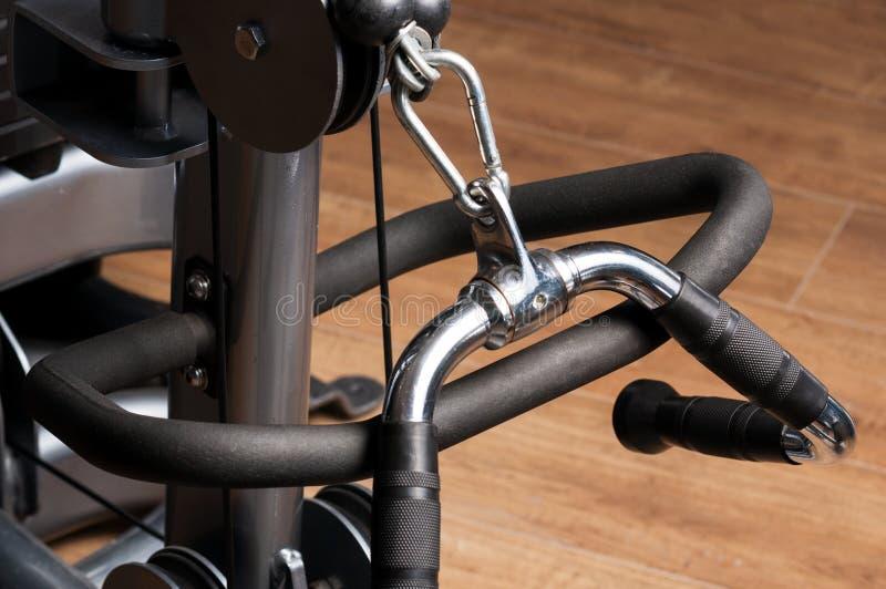 Close-up da máquina de aço do punho para o treinamento do bíceps fotos de stock