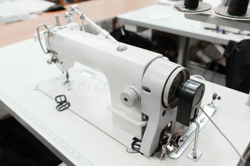 Close-up da máquina de costura na oficina fotografia de stock