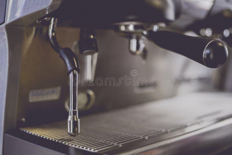 Close-up da máquina do café na cafetaria len o efeito do borrão imagem de stock royalty free
