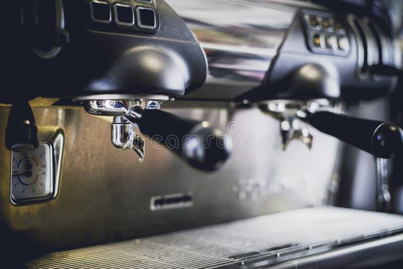 Close-up da máquina do café na cafetaria len o efeito do borrão Processo com estilo do vintage imagem de stock royalty free