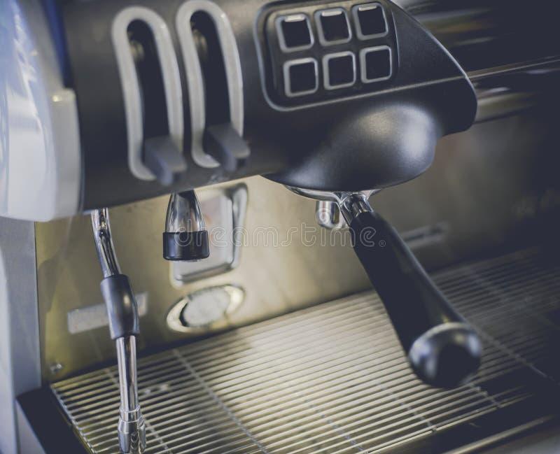 Close-up da máquina do café na cafetaria len o foco macio do efeito do borrão e o foco para cozinhar a vara do leite Processo com fotografia de stock royalty free
