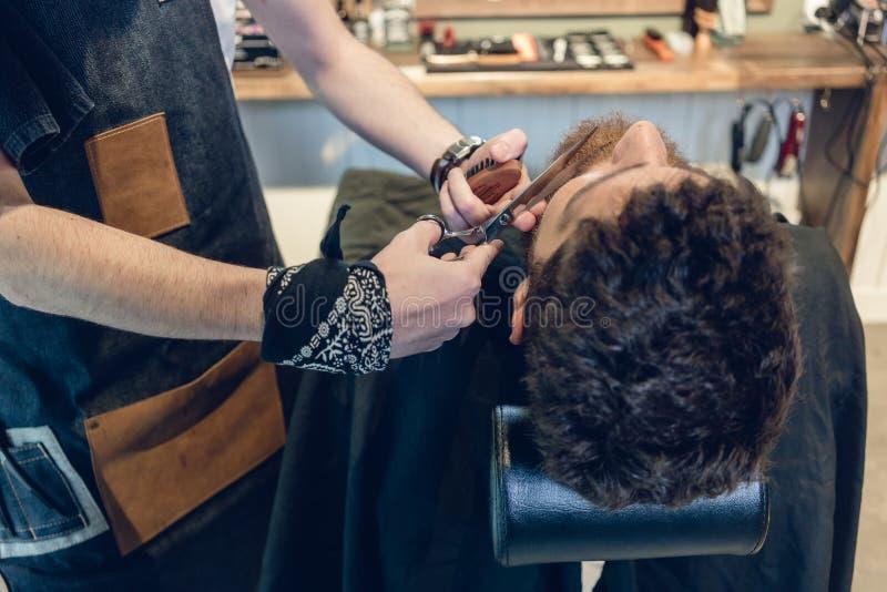 Close-up da mão de um aparamento do barbeiro foto de stock royalty free