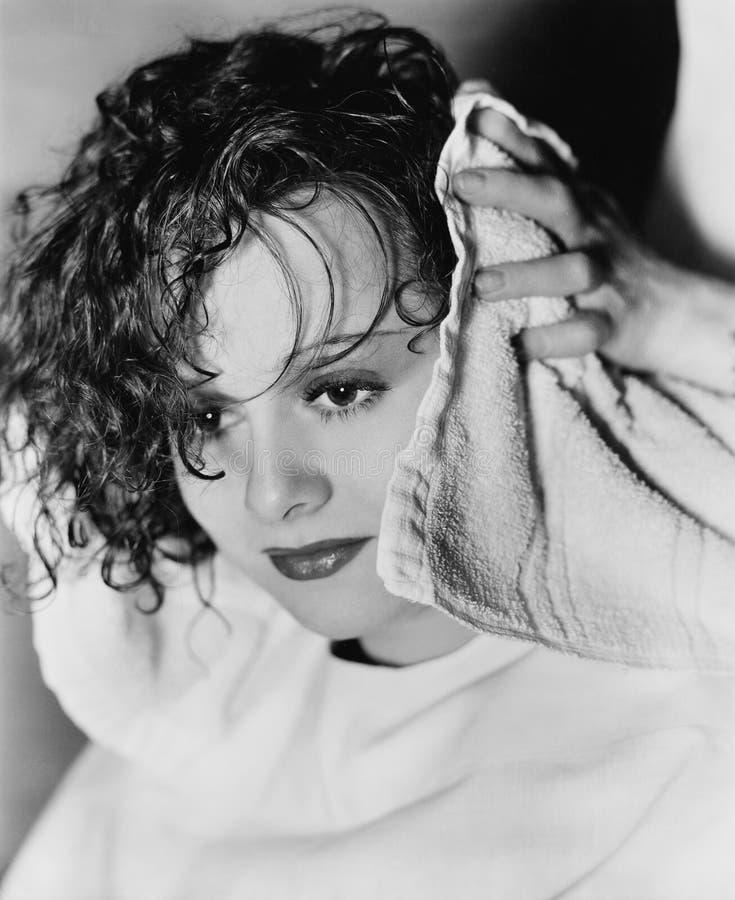 Close-up da mão de um cabeleireiro que seca o cabelo de uma jovem mulher (todas as pessoas descritas não são umas vivas mais long imagem de stock