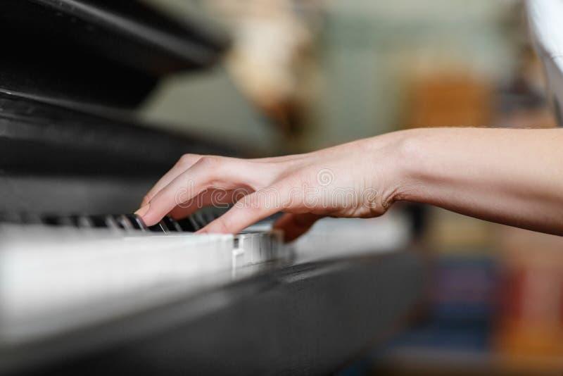 Close-up da mão de uma mulher que jogue o piano fotos de stock