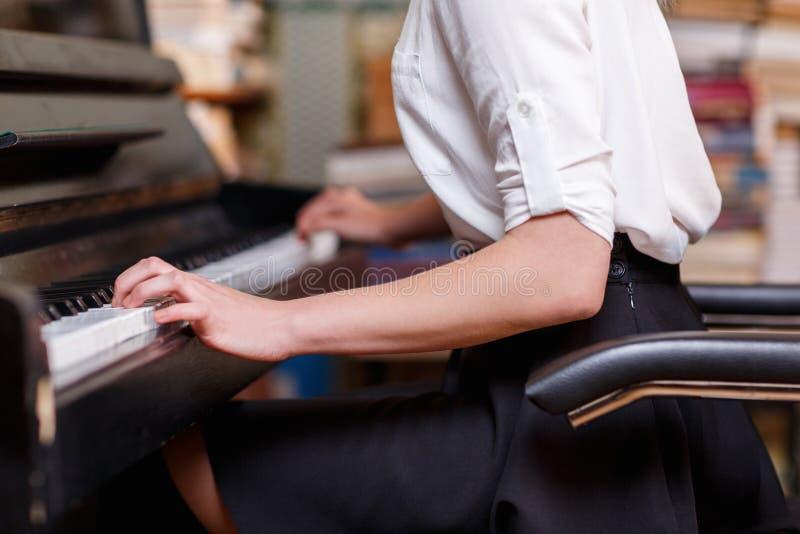 Close-up da mão de uma mulher que jogue o piano imagem de stock