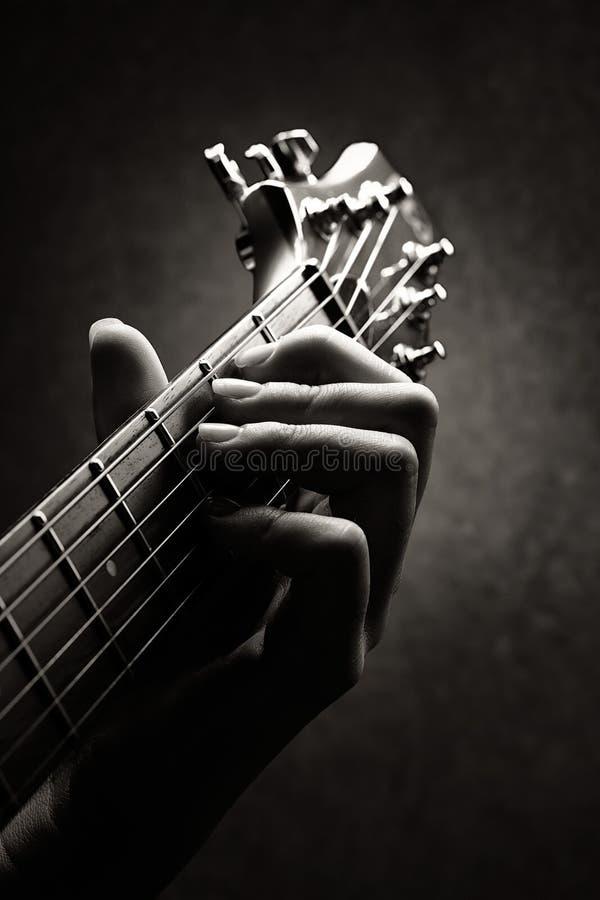 Close-up da mão do guitarrista fotografia de stock