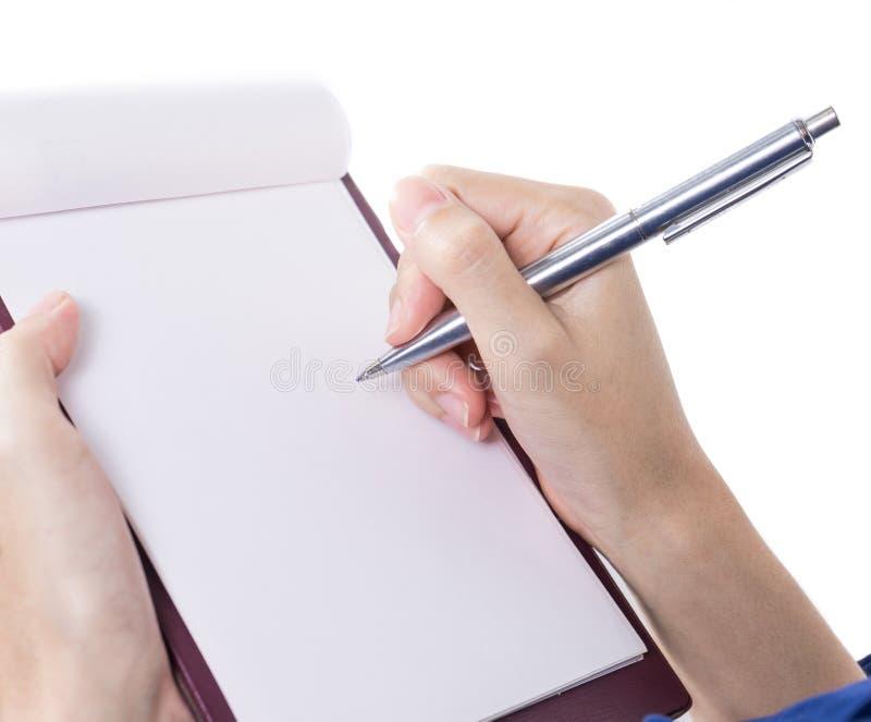 Close-up da mão fêmea que guarda uma pena e que escreve 1 imagens de stock royalty free