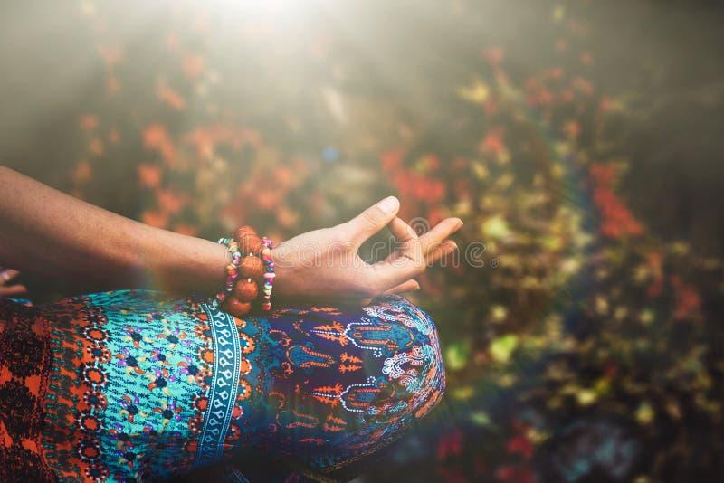 Close up da mão da mulher na meditação da ioga da prática do gesto do mudra foto de stock royalty free