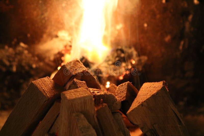 Close up da madeira e das chamas da inflamação fotos de stock