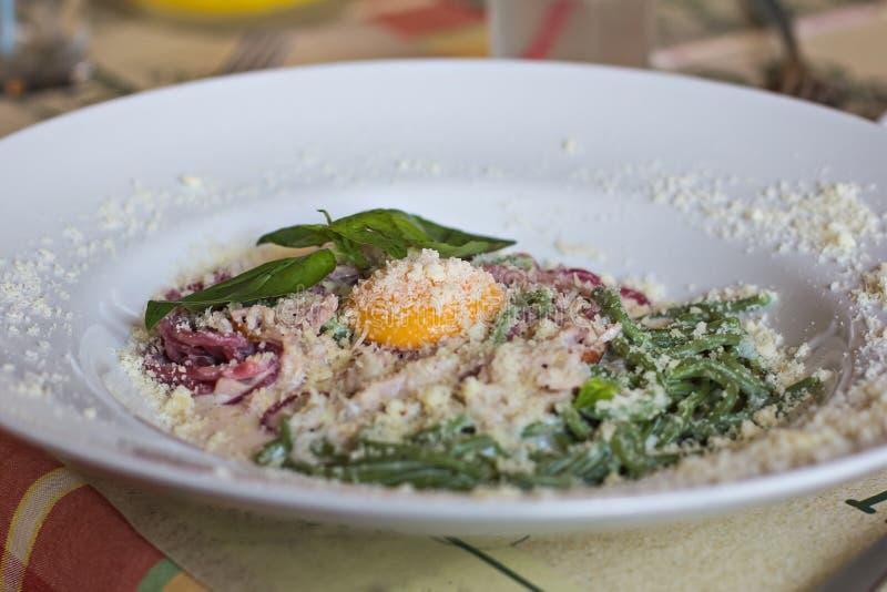 Close up da massa Carbonara Espaguetes com bacon e queijo parmesão fotos de stock