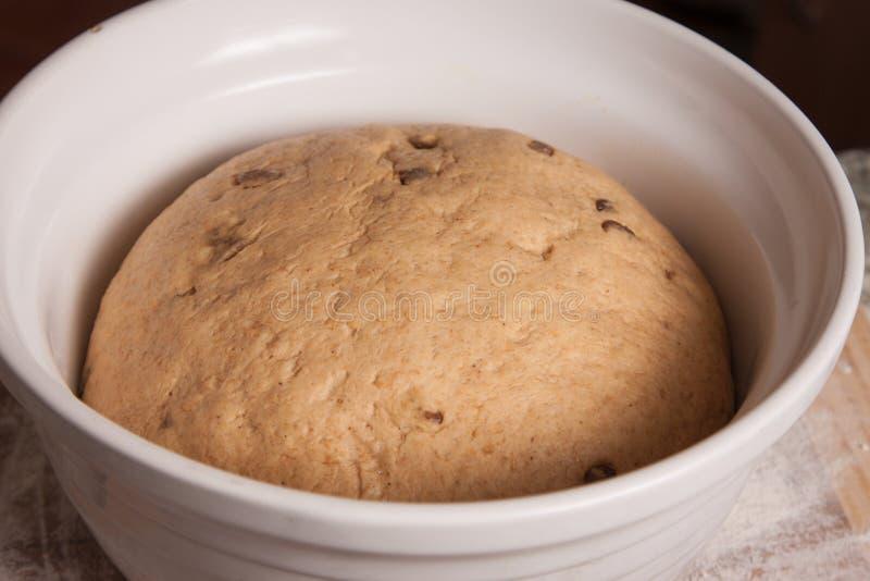 Close-up da massa de pão que levanta-se em uma bacia imagem de stock