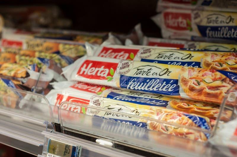 Close up da massa folhada do tipo de Herta em Cora Supermarket foto de stock