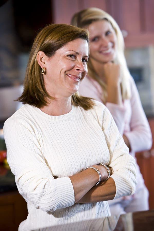 Close up da matriz na cozinha com filha adolescente foto de stock