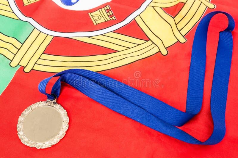 Close-up da medalha de ouro na bandeira portugual foto de stock royalty free