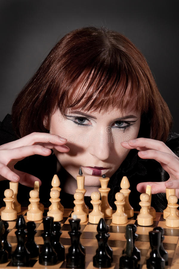 Close-up da menina bonita com composição da xadrez fotografia de stock