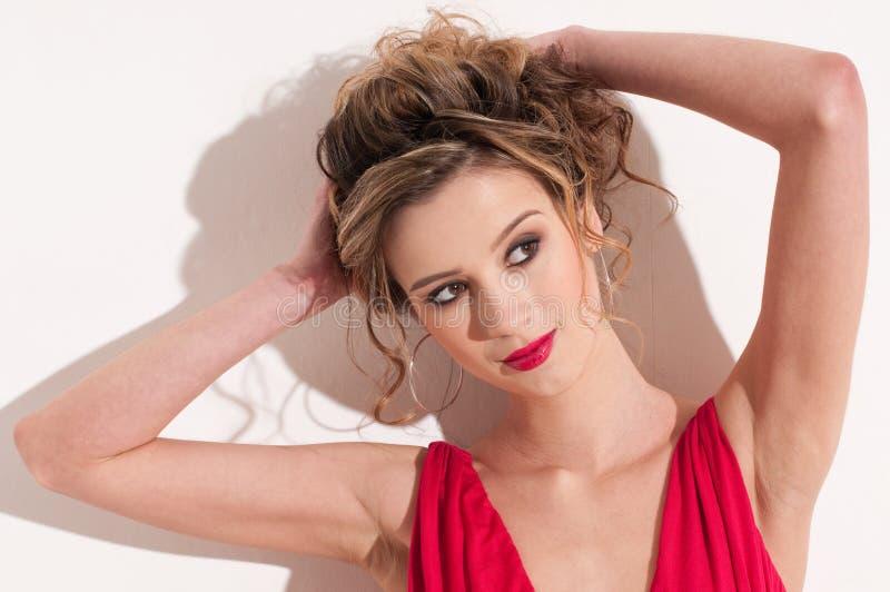 Close-up da menina bonita com maekeup vermelho da moda fotos de stock