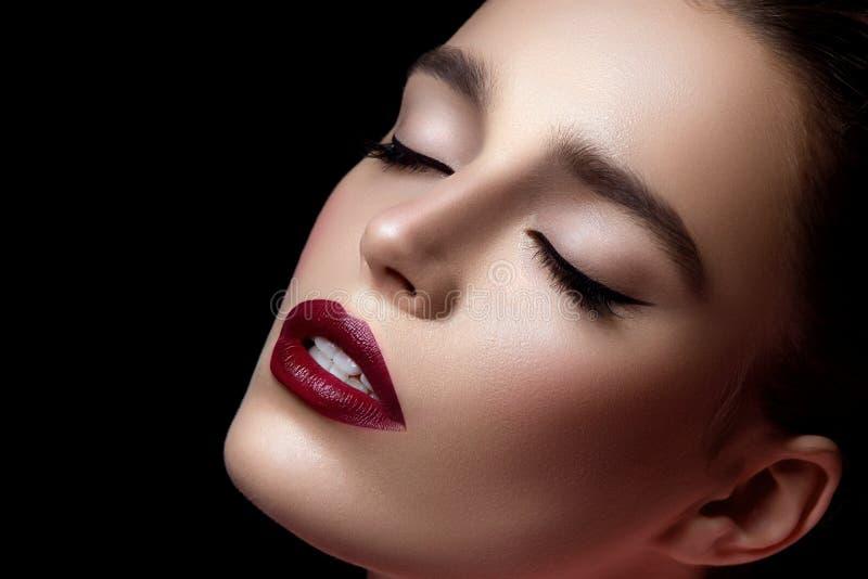 Close up da menina com obscuridade - bordos vermelhos foto de stock