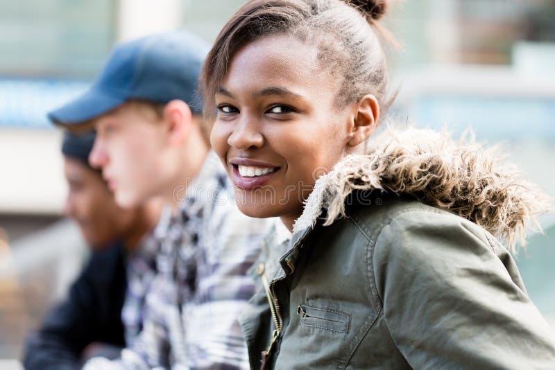 Close-up da menina feliz com seus amigos foto de stock royalty free