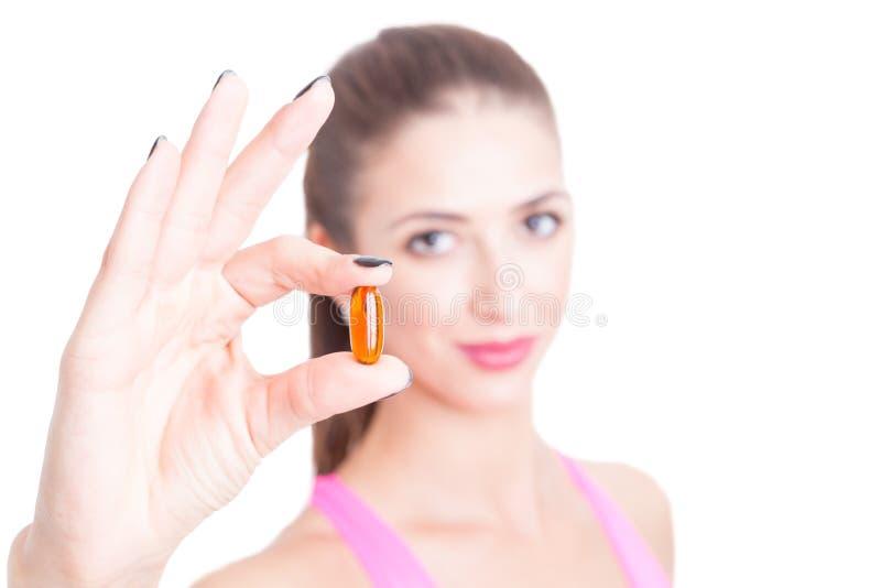 Close-up da menina no gym que guarda um comprimido foto de stock royalty free