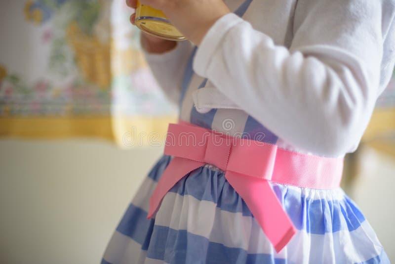 Close up da menina no vestido no Domingo de Páscoa imagem de stock royalty free