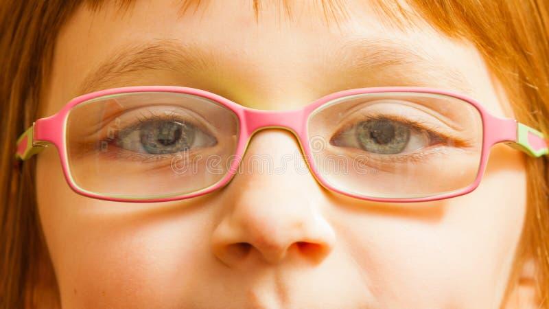 Close up da menina nova da criança nos monóculos imagem de stock