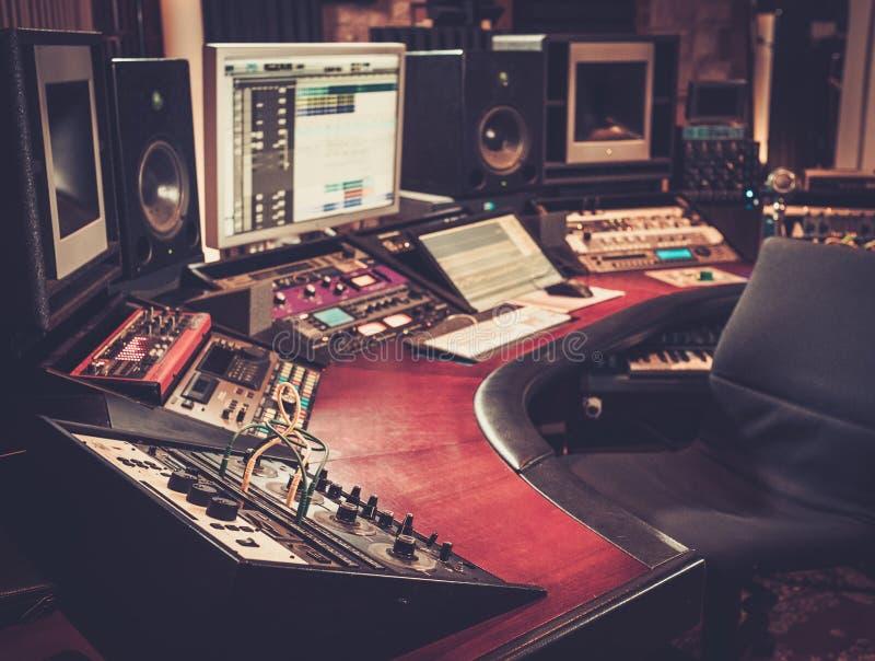 Close-up da mesa de controle do estúdio de gravação imagens de stock royalty free
