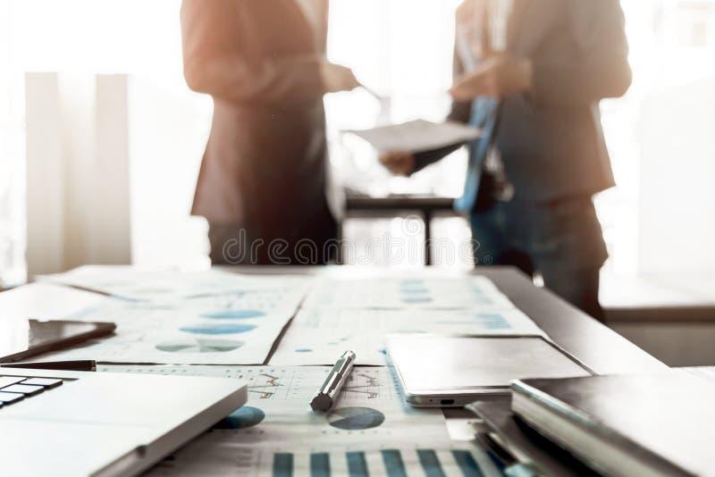 Close-up da mesa de escritório com proj discussting do trabalho da equipe do negócio fotografia de stock royalty free