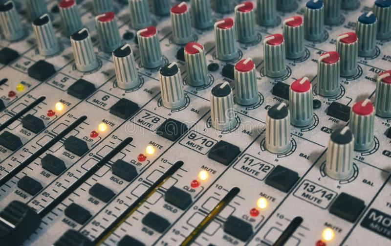 Close-up da mesa de mistura audio com botões e slideres foto de stock
